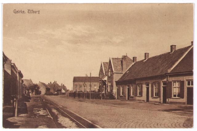 001804 - Vanaf het Julianapark liep vroeger het Lijnsheike richting Heikant. In 1958 kreeg het gedeelte tussen de Ringbaan-Noord en het Wilhelminakanaal officiëel de naam Oude Lind. De naam komt al voor in de 14e eeuw als 'Guet Terlinde'.  In 1535 en 1537 is er sprake van 'die Ouwe Lijnde' en 'de Ou Lijndt' Op de voorgrond het Goirke, vanaf 1927 het Julianapark. Het herenhuis met dubbele kap rechts hoorde tot 1958 bij het Julianapark, maar daarna werd het Oude Lind 32. De rij lage huisjes rechts (v.l.n.r. huisnrs. Julianapark 74-73-72-71) werd in 1937 gesloopt voor de aanleg van de Ringbaan-Noord. De laatste bewoners waren v.l.n.r. slager P.J. Pijnenburg, wever L.J.J. Rijnen, schoenmaker G. de Kinderen en los arbeider Fr.P. van Loon. Pijnenburg opende later een nieuwe slagerij aan het Julianapark nr. 68. Rechts in de verte de schoenfabriek van de firma Mannaerts. Links de tramrails van de lijn Tilburg-Waalwijk. Op het Lijnsheike vond bakker A. van Empel in 1904 de dood, toen hij met zijn bakkerskar onder de tram terecht kwam. Zijn knecht en paard waren slechts licht gewond.