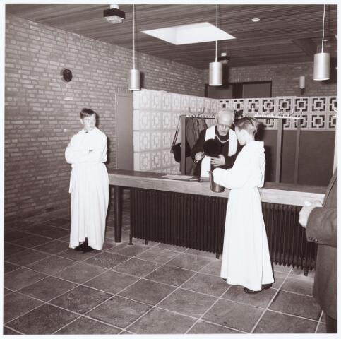 063220 - Op 2 september 1967 werd het cultureel centrum de Schalm aan de Eikenbosch 1 geopend. Inzegening door pastoor van de Ven van de St. Willibrordus parochie te Berkel