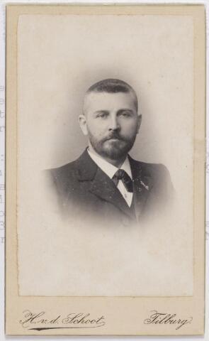 045893 - Jan Baptist Maria van Besouw, geboren te Goirle op 4 oktober 1861 en aldaar overleden op 26 augustus 1939. Zijn ouders waren Gerardus van Besouw, textielfabrikant en wethouder, en Johanna van de Lisdonk. Jan was fabrikant en directeur van de N.V. Stoomweverijen Van Besouw. Hij trouwde te Goirle op 13 september 1886 met Elisabeth M.L. van den Heuvel en hertrouwde in dezelfde plaats op 6 augustus 1920 met Johanna Maria Vromans.