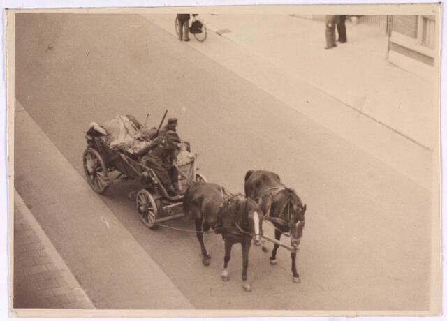 013179 - WO2 ; WOII ; Tweede Wereldoorlog. Terugtocht. Vluchtende Duitsers op kar met twee paarden.