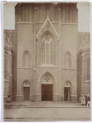 019574 - Hoofdingang van de Goirkese kerk omstreeks 1922. Het godshuis is tussen 1835 en 1839 gebouwd in neo-gotische stijl, naar een ontwerp van architect H. Essens uit Oirschot