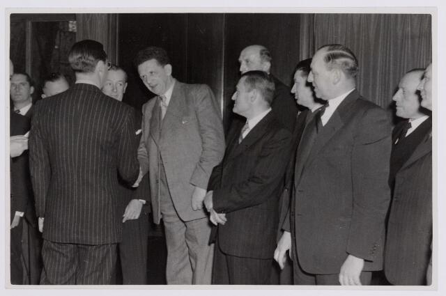 037642 - Textielindustrie. Koninklijke bezoeken. Prins Bernhard wordt bij zijn bezoek aan Tilburg in het Paleis-Raadhuis voorgesteld aan enkele Tilburgse notabelen