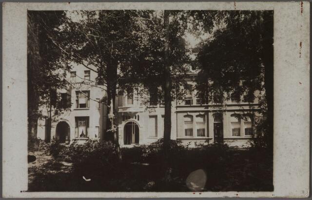 011213 - Noordzijde van het Wilhelminapark met van links naar rechts de panden nr. 120, 119 en 118. Op de plaats van het pand nr. 120 stond voorheen een huis met stal en slachthuis, rond 1900 bewoond door slager Francicus Ooms en zijn vrouw Constance Maria Broeckx. De moeder van Ooms, de weduwe L. Ooms-Leduc, vroeg in 1910 vergunning om dit pand te mogen verbouwen tot koffiehuis. Het timmerwerk zou verricht worden door buurman, aannemer H.C. Timmermans en het metselwerk door Gerrit Schooning. Het rechter gedeelte van het pand zou blijven functioneren als slagerswinkel. Op 12 november 1910 werd de vergunning verstrekt. In 1920 is dit pand gesloopt, nadat slager Ooms in april van dat jaar verhuisd was naar de Lange Schijfstraat. Industrieel Jan Pessers vroeg in genoemd jaar vergunning om ter plaatse een nieuw pand te mogen bouwen onder architectuur van Tilburger A.C. de Beer. De vergunning werd verleend op 16 augustus 1920. Van 1921 tot 1952 werd het pand bewoond door Joannes P.M. Pessers. Van 1952 tot 1969 woonde er Antonius H.M. Bierens.