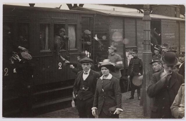 042291 - Eerste Wereldoorlog. Belgische vluchtelingen. Aankomst op het station.