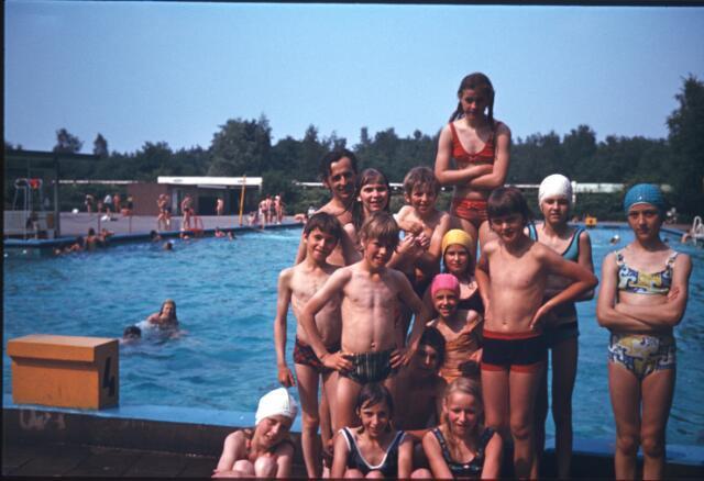 650111 - Gerardus Majellaschool, Hulten. Schoolreisje zwembad en speeltuin.