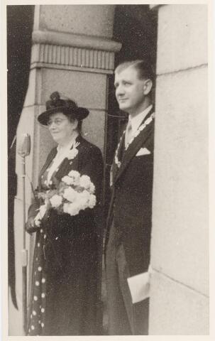 047337 - Inhuldiging en installatie van burgemeester Elsen. De burgemeester met zijn moeder.