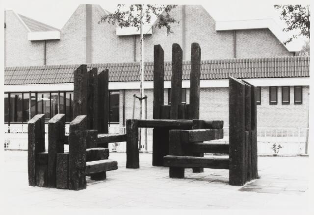 """067619 - Speelplastiek bij de Openbare Basischool """"De Blaak"""", Grebbe 42, van Hans van Eerd (geb. Eindhoven 1941). Materiaal: hout. Jaar: 1981."""
