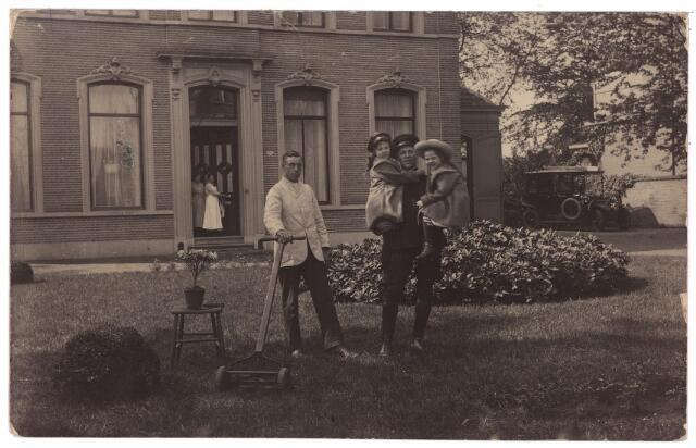 003568 - Het woonhuis van de welgestelde textielfabrikant Frederik Bernardus van den Bergh (1877-1951) aan de St. Josephstraat. Links de tuinman met grasmaaier. De chauffeur Fonds Rademakers van de familie draagt de dochters Elisabeth Frederica (geboren 9-8-1913) en Charlotte Adolphina van den Bergh (geboren 31-7-1910) op zijn armen. Elisabeth (Betty links) trouwde met Paul Rubens, de laatste directeur van de N.V. Wollenstoffenfabriek Beka. Lot(ty) huwde Wim Kars, die de leiding had over de fabriek Swagemakers-Caesar.