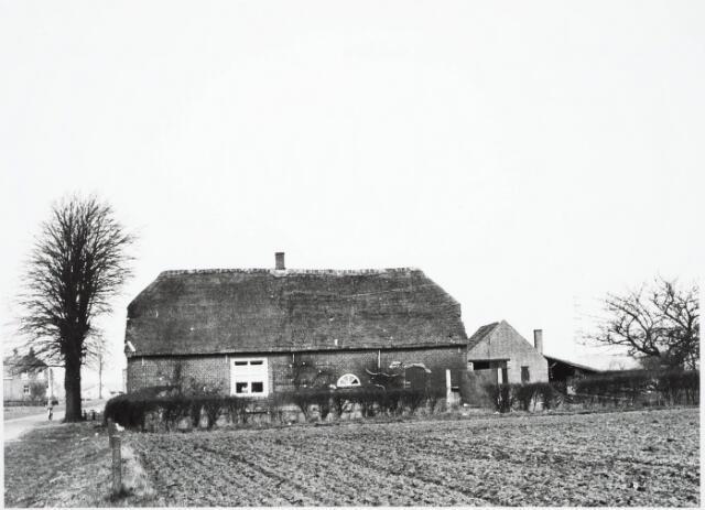 032961 - Boerderij van P de Jong aan het Moleneind 68, thans Stokhasseltlaan, welke in verband met nieuwbouw in het plan Noord is afgebroken