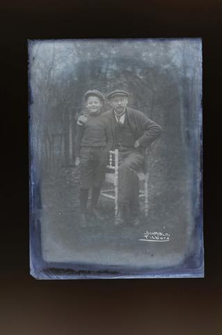 654355 - Privéarchief Schmidlin. Fotograaf Louis Schmidlin met zijn jongste zoon en opvolger Louis Albert Schmidlin.