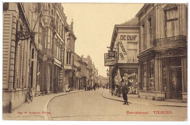 001133 - Heuvelstraat ter hoogte van de Willem II-straat, richting Zomerstraat. Rechts de ingang van de Willem II-straat. Het huis links zou later worden gesloopt voor de doorbraak van de Willem II-straat richting Willemsplein. Hier was van 1920 tot 1939 het bedrijf van publieke werken gehuisvest. Rechts de winkel van de firma A. Meijring en kledingmagazijn 'de Duif'.
