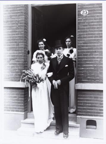 007263 - Bruidspaar Alb.F.W.M. Kneepkens (apotheker) en Riet H.C. de Pont. Huwelijksinzegening op 2 mei 1942 te 10.00 in de kerk van het Heilig Hart Noordhoek Tilburg.