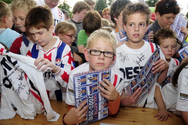 603109 - Fotowedstrijd. Kinderen verzamelen zich op Koningsdag voor handtekeningen van Willem II spelers.