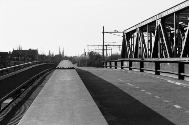 656653 - Spoorbrug (rechts) over het Wilhelminakanaal in 1984. De spoorbrug is inmiddels vervangen door een nieuwe versie met minder geluidsoverlast voor de omgeving.