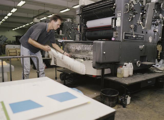 TLB023000084_001 - Drukker aan Heidelberg offset machine. Foto gemaakt ter promotie van de Grafische  Opleiding en t.b.v. Onderwijsexpositie