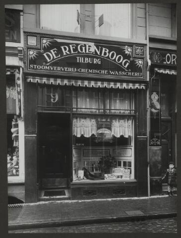 071893 - Een filiaal van stoomververij en chemische wasserij De Regenboog aan de Vischstraat te Den Bosch. De foto is afkomstig uit een album dat werd gemaakt en aangeboden naar aanleiding van het 40-jarig jubileum van textielfabriek De Regenboog van de firma Janssen en Bierens uit Tilburg op 2 december 1930.
