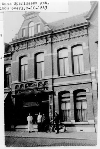 048454 - De slagerij van Martinus Jacobus Moors aan de Stationsstraat 49. Het pand werd gebouwd in opdracht van Moors rond 1900. In 1918 nam zoon Louis Moors de zaak over.