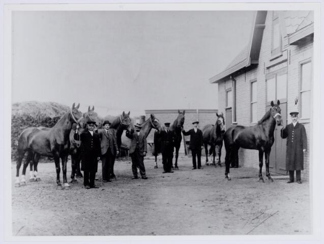 037846 - Textiel. Paarden en hun verzorgers van De Regenboog aan de Bredaseweg omstreeks 1920. De dieren werden betrokken bij het vervoer van stukken van en naar de klanten (reproductie; origineel niet in collectie aanwezig)