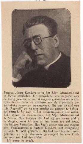 """003979 - In Memoriam. Hendrikus Joannes Maria (Henri of Harrie) DONDERS (1870-1932) was de zoon van Johannes Ludovicus (Jan Ludo) Donders (1827-1905), fabrikant in wollen stoffen en winkelier in manufacturen in de Heuvelstraat, en Anna Aldegonda Janssen (1832-1905). Hij werd priester gewijd in 1896 en was kapelaan in Groesbeek, Boxtel en Eindhoven (Woensel), en vervolgens pastoor te Bergharen en Schijndel. Hij was mede-oprichter van de R.K. Bond voor Spoor- en tramwegwegpersoneel, St. Raphaël en vele jaren hoofdredacteur van het bondsblad """"Het rechte spoor"""". Hij puliceerde o.a. reglieuze gedichtenbundels en werk van historisch-apologetische aard. In 1930 werd hij rector van het Mgr. Mutsaersoord in Venlo, het herstellingsoord voor de leden van St. Rafaël. Hij overleed er op 21-10-1932 en werd er ook begraven. Henri Donders was ridder in de Orde van Oranje Nassau (1928)."""