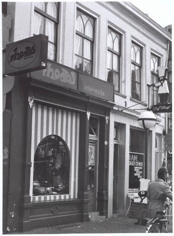 021815 - Modezaak Rhodos aan de Heuvelstraat, voorheen Zomerstraat halverwege september 1974. Daarnaast cafétaria Van Dam