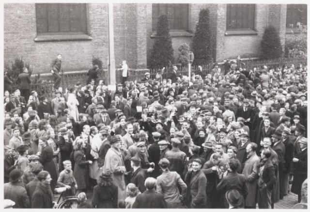 013312 - WO2 ; WOII ; Tweede Wereldoorlog. Bevrijding. Een dolgelukkige, feestvierende menigte verwelkomt de bevrijders op de Markt