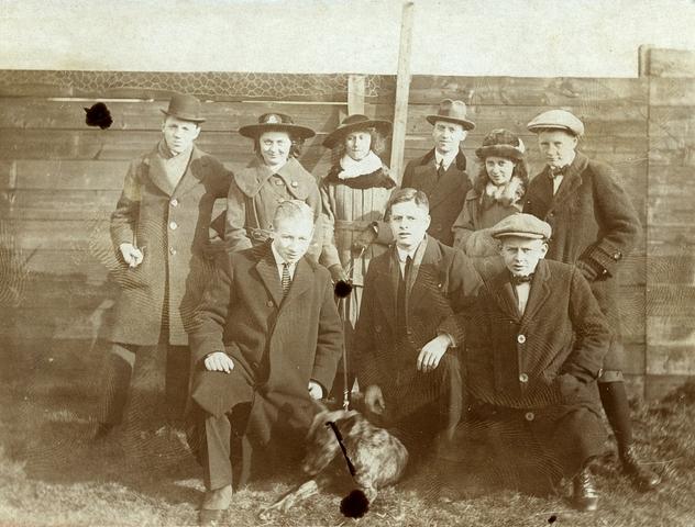 1709124 - Een groep jongeren poseert met hond. Waarschijnlijk zijn dit de vrienden van Harry Franken tijdens zijn tijd aan de HBS.