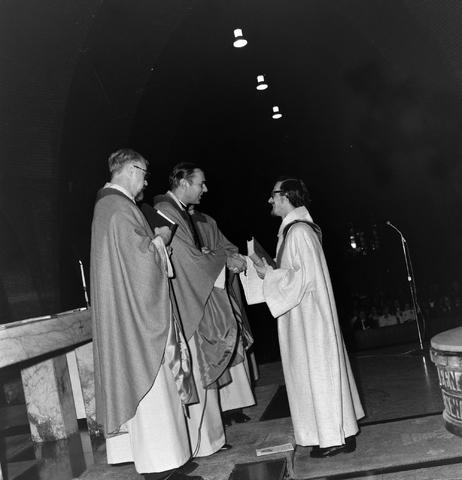 1237_006_247-2_004 - Religie. Kerk. Geloof. Katholiek. Heilige mis.  Wijding tot diaken van Pater J. Wijnen in november 1972. In de Sint Theresiakerk.