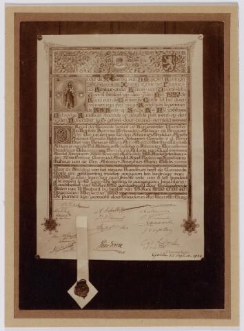 046949 - De oorkonde die op 30 september 1920 is ingemetseld onder de eerste steen bij de nieuwbouw van het gemeentehuis aan de Kerkstraat 2.