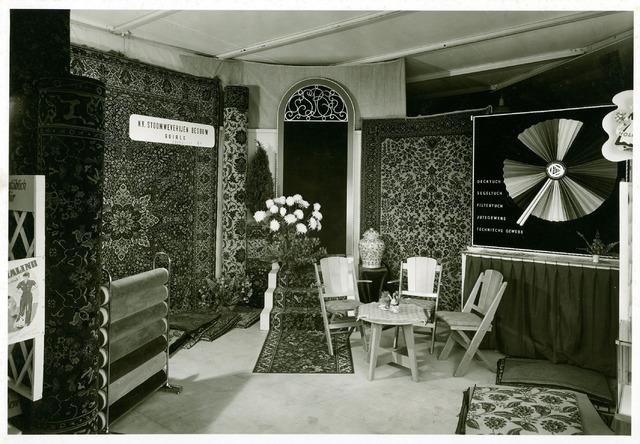 054976 - De firma Van Besouw presenteert zich op de Kölner Messe. Textielindustrie