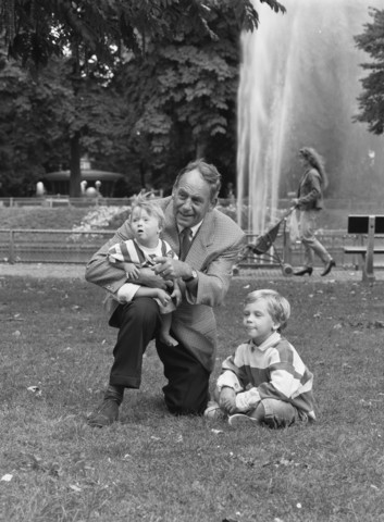 TLB023000940_001 - Dhr. W. Groels met kleinkinderen in het park.