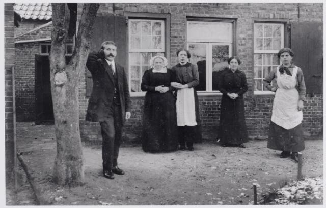 045912 - De familie De Bont-Wouters achter hun huis aan de Tilburgseweg in Goirle op 22 november 1915. Links Jan de Bont, vervolgens zijn moeder Elisabeth de Bont-Wouters, Cor de ont, Jana de Bont en Anna de Bont.