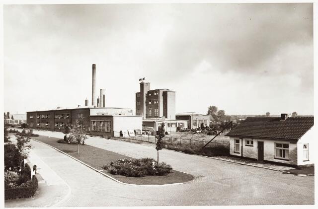 033699 - Chemische industrie. Fabriek van Chemicaliën Franken-Donders United Aniline Works gezien vanuit de Meierijbaan.