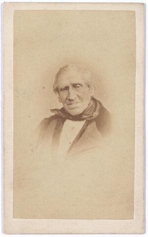 """004635 - Op de achterkant van deze foto staat de naam: vd HOUT en de aantekening: """"speelde altijd viool"""". Verder zijn er de volgende regels bij geschreven: """"Nou ga ik sterven / Mijn oogen verduisteren / Mijn ooren hooren niet meer / Mijn mond toen begon hij te mompelen en stierf"""".  Wellicht betreft het hier Lambert Pieter van den Hout, getrouwd met Wilhelmina Hendriks. Het echtpaar vierde in 1868 hun 60-jarige bruiloft, waarbij tijdens de serenade """"de bruidegom zelfs de viool ter hand nam. De grote straat kon het toegelopen publiek niet bevatten"""", aldus de Tilburgse Courant."""