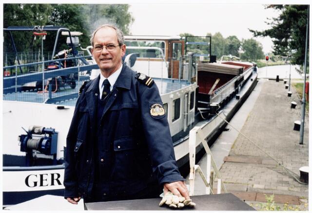 039935 - Sluismeester Ben Mertens van sluis III in het Wilhelminakanaal.