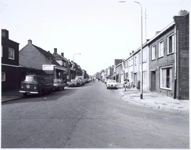 020429 - Hasseltstraat ter hoogte van de Willem de Rijkestraat (links) en het Textielplein (rechts) en gezien in de richting van de rotonde