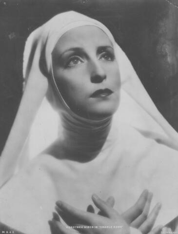"""065776 - Bioscoop. Film. Dorothea Wieck. Foto aangeboden door de directie van de Nieuwe Bioscoop in Tilburg t.g.v. de vertoning van de film """"Cradle Song"""" (meisjes in nonnenkleed). Deze film draaide in Tilburg van 4 tot 11 mei 1934."""