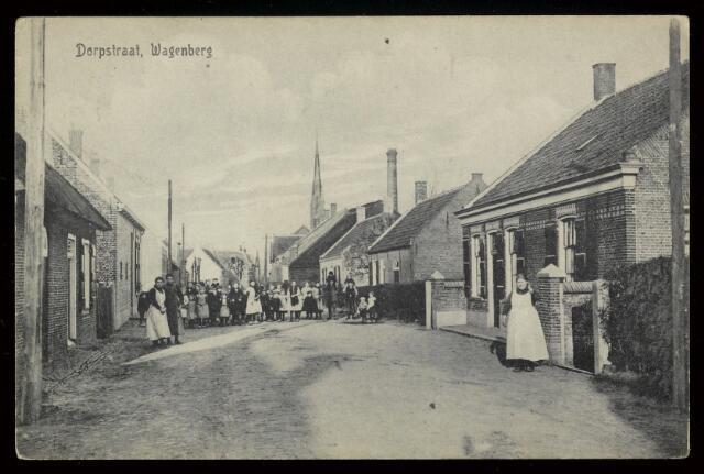 91824 - De 'Dorpstraat' in Wagenberg met rechts nu Dorpsstraat 20. Daar was toen het kruidenierswinkeltje van Mie Blijlevens-van der Steen. Zij poseert in haar witte schort.