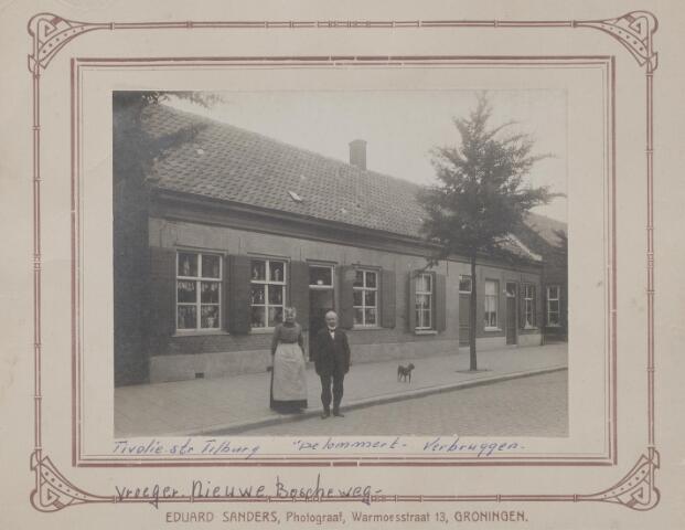 044145 - Aan de Bosscheweg (later Tivolistraat 61-63-65) had de familie Verburgh een meubelzaak, waar volgens de inrichting van de etalages ook katholieke devotieartikelen verkocht werden. Een opmerkelijk feit, want de eigenaar van de zaak was protestant. Voor de winkel het echtpaar Verburgh, rechts Steven Johan geboren te Zutphen op 9 februari 1849 en overleden te Tilburg op 14 juli 1928. Links Jacoba Snippe, geboren te Brummen op 23 maart 1851 en overleden te Tilburg op 8 december 1924. Na hun dood werd de zaak voortgezet door hun twee ongehuwde kinderen Steven J.P. en Jacoba H.P.J. Verburgh.