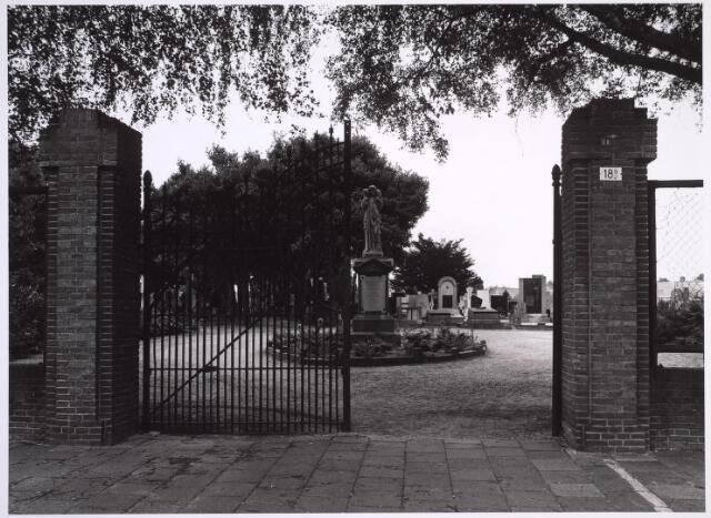 025006 - Entree van het kerkhof aan de Laarstraat