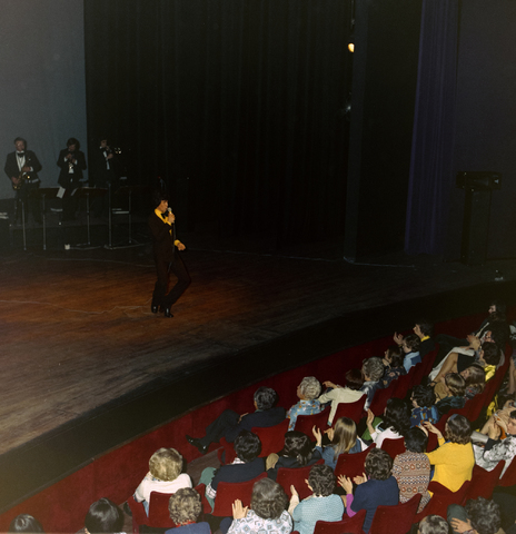 1237_011_824_003 - Entertainment. Cultuur. Theater. René Frijters theatershow in maart 1975. In 1955 begon René Frijters met het bemiddelen voor artiesten vanuit zijn huis in de Zouavenlaan.