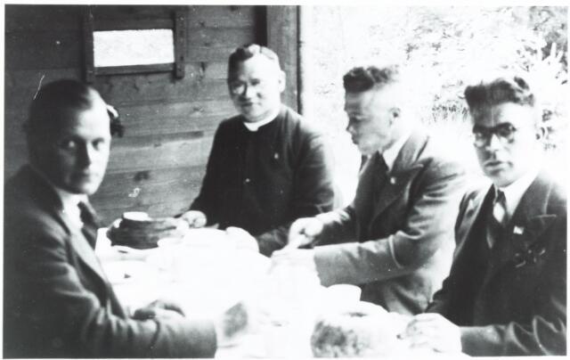 052733 - Heike's Ontspanningsoord, H.O.O.; het ontspanningsoord was gelegen langs de spoorlijn Tilburg-Breda in de buurt van het Wandelbos. derde van rechts kapelaan Jan Scheij, tweede van  rechts Sjef van Ginsven