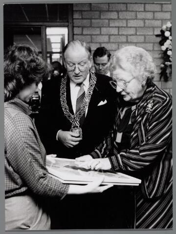 065425 - Koninklijke bezoeken. Opening van de sociale werkplaats door Koningin Juliana. Links van haar burgemeester drs. H. Letschert.