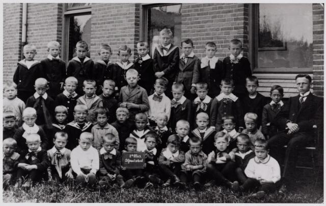 049695 - Onderwijs. De tweede klas 3 van de St. Jozefschool aan de Hoefstraat. Rechts meester Frits Robben.