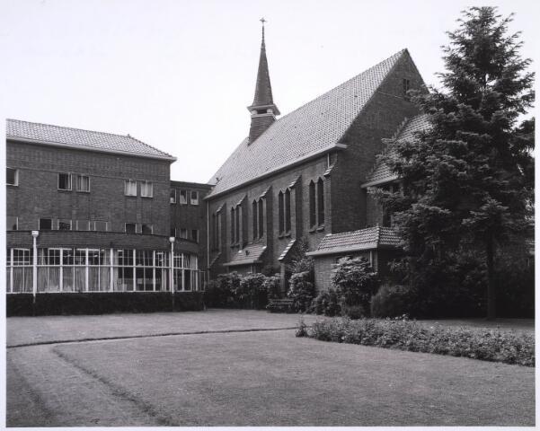 022980 - Elisabethziekenhuis. Gezondheidszorg. Achterzijde van de aula en van de kapel van het St. Elisabethziekenhuis. In de voormalige kapel is nu het Klassetheater (voorheenTheater Zaal 16)  en in de aula het theatercafé gevestigd