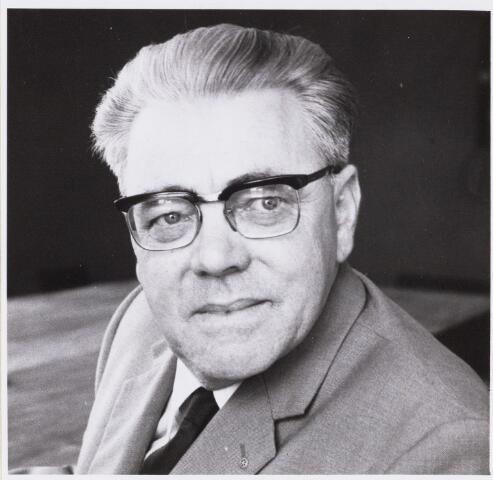 101071 - Voortgezet onderwijs. Personeel. De heer Hoofd van Huisduinen. Conrector mgr. Frenckencollege. Afscheid in augustus 1971.