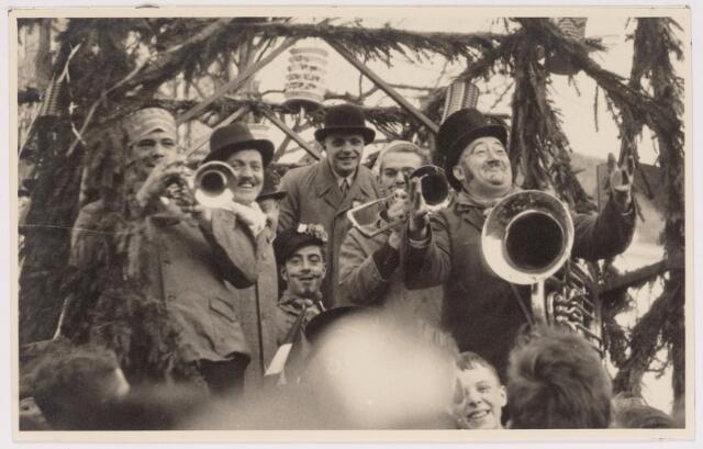 042693 - Wijkvereniging Heuvel doet op 1 februari 1938 ´den volke kond´ van de geboorte van prinses Beatrix. Deze foto werd gemaakt omstreeks één uur ´s middags