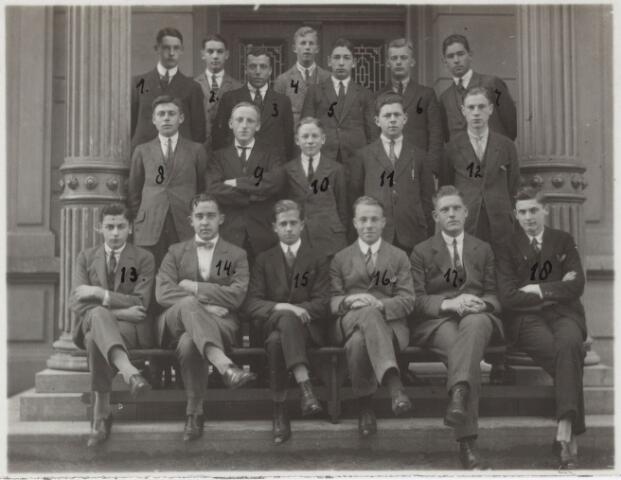 052171 - Onderwijs. Textielschool. Leerlingen der Textielschool (1925). eerste rij v.l.n.r. W. Daniëls, L. Caspanni, R. Coen, H. Spier, F. Schneider en J. de Rooy. Tweede rij v.l.n.r. G. Duitsman, E. van de gevel, J. Willems, A. Poos en L. franken. Derde rij v.l.n.r. R. van Dooren, A. Boelaars, L. Broekhuizen, J. Faber, E. de la Haye, G. van de Berg en J. Eras.