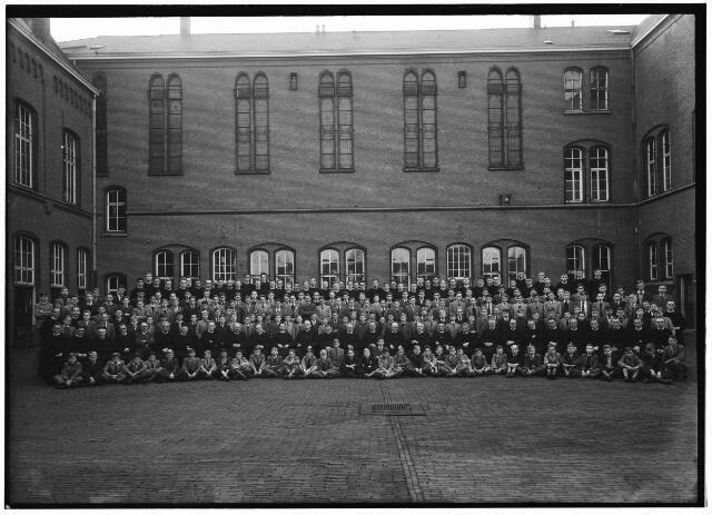 """050975 - Hoger Onderwijs. Viering van het eeuwfeest van de kweekschool van de fraters, St. Stanislaus"""" aan de Fraterstraat 3."""