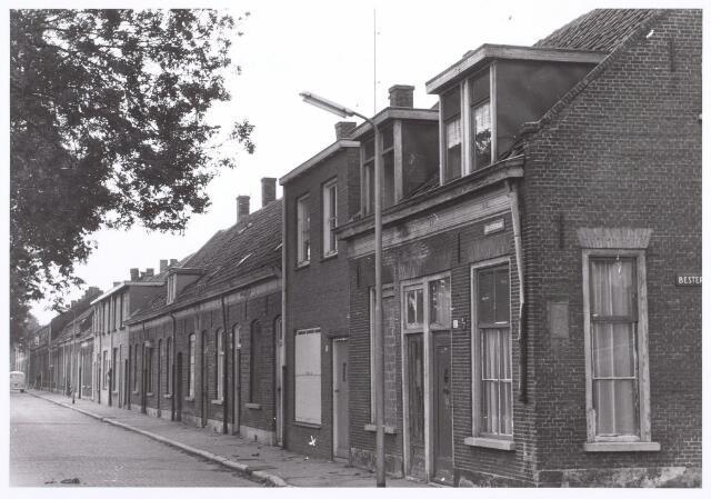 014404 - Rijtjeshuizen in de Atelierstraat. De bewoners keken recht op d´n Atelier, de werkplaats van de Nederlanse Spoorwegen waarnaar de straat was genoemd