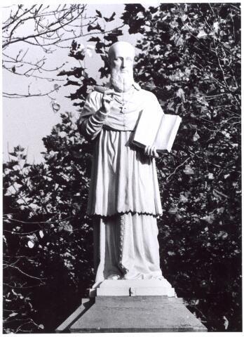 016000 - Begraafplaats Bredaseweg. Beeld van Franciscus van Sales, behorende tot de beeldengalerij van het kerkhof aan de Bredaseweg